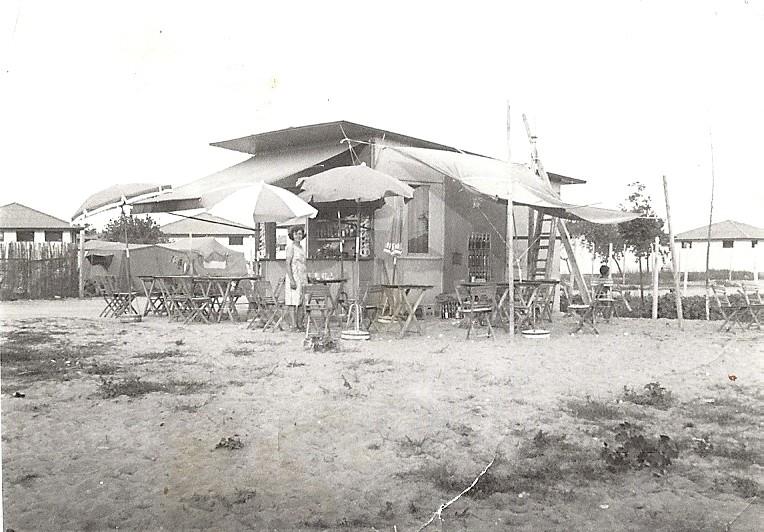 Il nostro 1^ chiosco in legno. Si trovava dove attualmente c'è l'Hotel Negresco. Nello sfondo si vede il camping Europa, ora Malibù, in fase di costruzione.